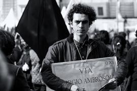 Manifestante invoca la dedica di una via a Giorgio Ambrosoli (fonte Flickr, utente ckOrange)