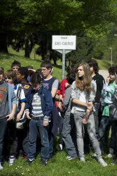 Studenti al Giardino dei Giusti di Milano (Foto di Gariwo)