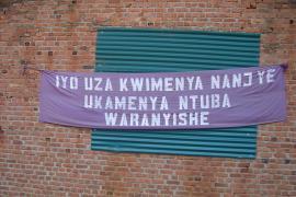 """La chiesa di Narama, vicino a Kigali. Sullo striscione """"Se avessi conosciuto me e avessi conosciuto te stesso come avresti potuto uccidermi"""" (Foto di hoteldephil)"""