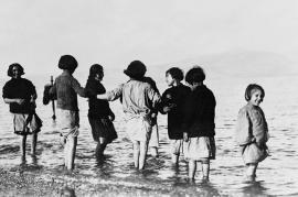 Bambini rifugiati armeni e greci a Maratona (di Near East Relief)