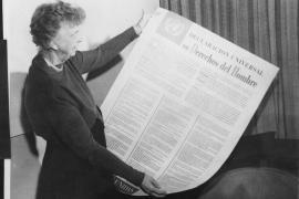 Eleanor Roosevelt con la Dichiarazione Universale dei diritti dell'uomo in spagnolo (fonte Wikicommons, utente National Archives and Records Administrations)