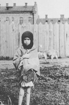 Una ragazzina a Kharkov (Foto da Wikimedia Commons)
