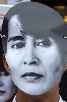 Manifestante per la libertà in BIrmania mascherato da Aung San Suu Kyi (foto di levishamdreamer)