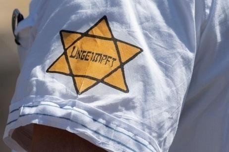 Antivaccinismo e antisemitismo sono legati da sempre
