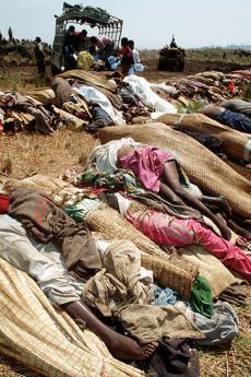 Cadaveri di profughi ruandesi (fonte Wikicommons, utente MSGT Rose Reynolds)