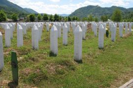 Le lapidi di Srebrenica (Foto di  Martijn.Munneke)