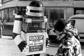 """Un manifestante russo vestito da """"Robocop"""" (foto di v_slav)"""