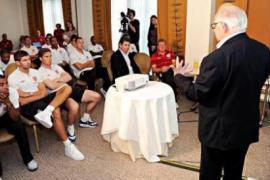 Zigi Shipper con i giocatori della nazionale inglese (foto di Jewish Chronicle)