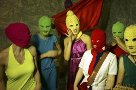 Le Pussy Riot con il volto coperto per non farsi identificare (foto di Igor Mushin)