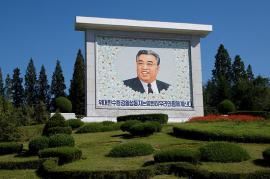 """Corea del Nord, il """"caro leader"""" sorride dai manifesti (foto di fresh888)"""