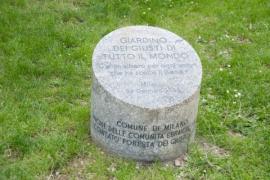 Il cippo all'ingresso del Giardino di Milano (Foto di Gariwo)