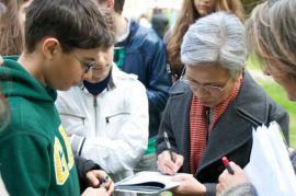 Claire Ly autografa i suoi libri alla Cerimonia dei Giusti 2012 (foto di Gariwo)