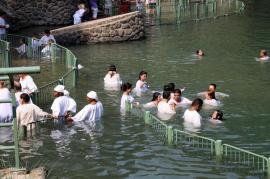 Bagno nel fiume Giordano (foto di Vannucci)
