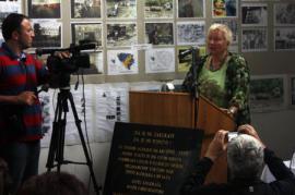 Svetlana Broz al memoriale del lager di Luka (foto di Gariwo.org)