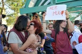 Protesta dei baci a Istanbul (foto di frontierenews)