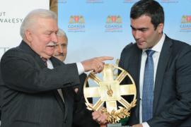 Walesa consegna il premio al figlio del dissidente Khodorkovsky (foto di Associated Press)