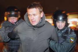 Navalny circondato dagli agenti (foto di Frontiere News)