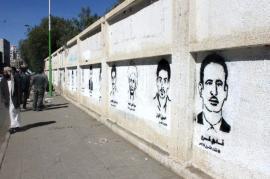 Ritratti di dissidenti scomparsi sui muri dello Yemen (foto di designboom)