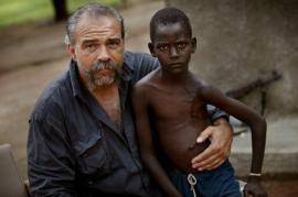 Sam Childers con uno dei bambini
