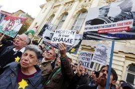 Manifestanti contro lo scoprimento della statua di Horthy (foto di repubblica.it)
