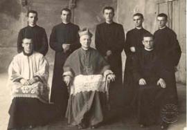 Don Enzo seduto alla sinistra del vescovo