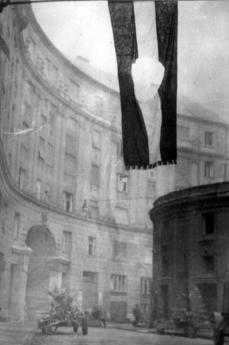 Bandiera ungherese con l'emblema comunista strappato.