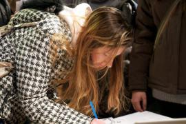 Una firma per la Giornata europea dei Giusti (Simone Bettini per Gariwo)