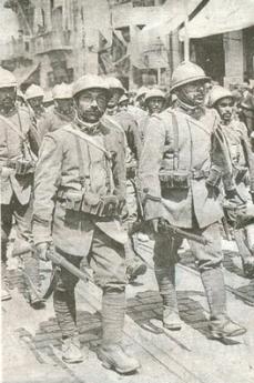 Parata di soldati italiani a Salonicco durante la Prima guerra mondiale
