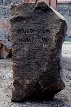 Il cippo posto accanto all'albero per Hrant Dink (Foto di Gariwo)