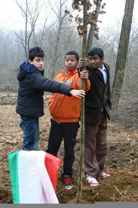 I ragazzi delle scuole piantano l'albero dedicato a Guelfo Zamboni
