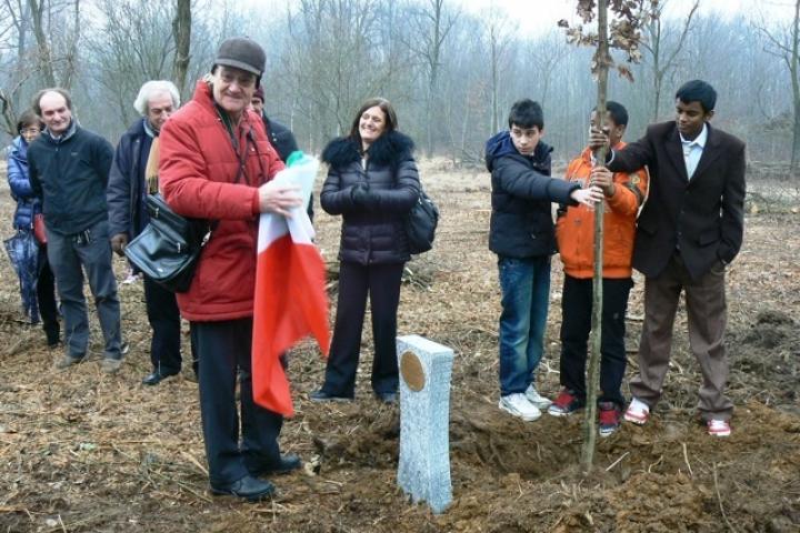Gabriele Nissim scopre l'intitolazione dell'albero a Moshe Bejski il 30 gennaio 2011