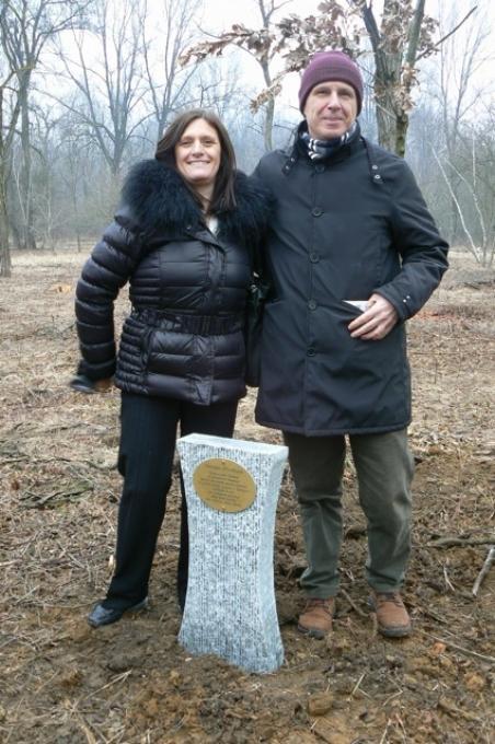 Roberta Miotto con Franco Perlasca davanti alla stele in ricordo del padre Giorgio