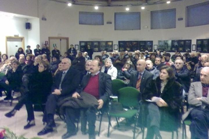 Il pubblico nella sede del Parco durante la cerimonia d'inaugurazione del Bosco dei Giusti