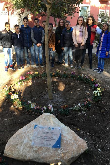 I ragazzi riuniti intorno al carrubo dedicato a Don Pino Puglisi