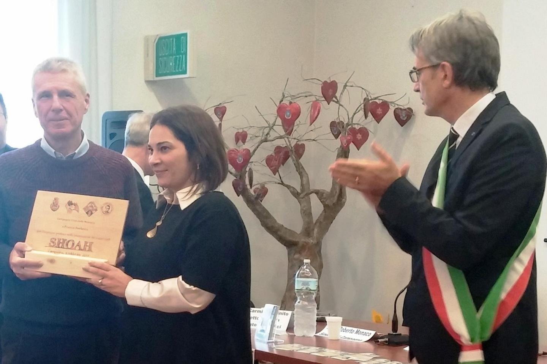 Un momento della cerimonia. Da sinistra: Franco Perlasca, la Professoressa Rossella De Luca, il Sindaco di Campagna Roberto Monaco.