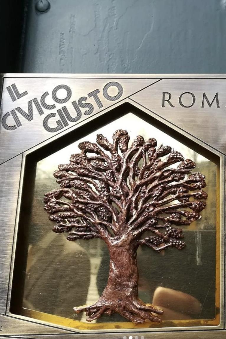 """Posa della mattonella del """"Civico Giusto"""", il n.24 di Viale Giotto, Roma. Dove Bruno Fantera e sua madre Esifile nascosero la famiglia Moscati fino alla Liberazione"""