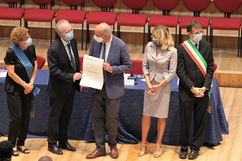 Il momento della consegna dell'onorificenza, voluta dal presidente della Repubblica Sergio Mattarella, da parte del Prefetto di Milano Renato Saccone