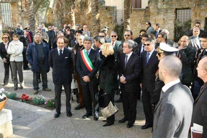 Il sindaco all'inaugurazione del giardino in compagnia dell'ambasciatore di Israele