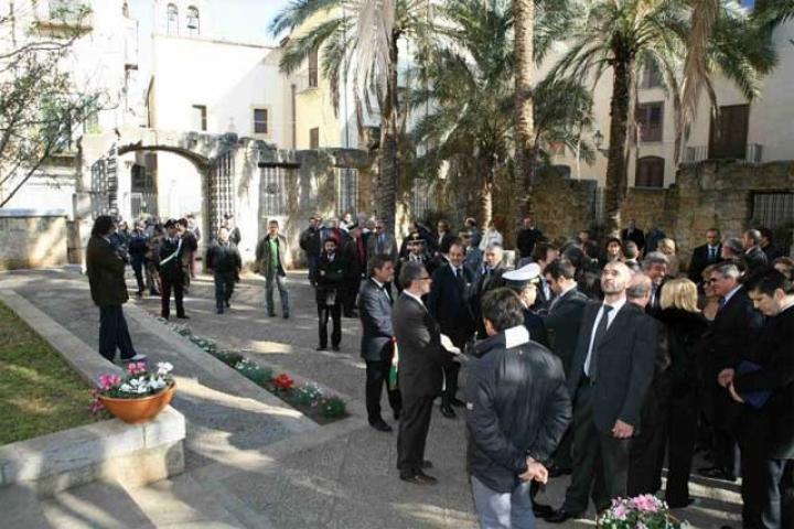 L'interno del giardino con le autorità riunite dopo l'inaugurazione