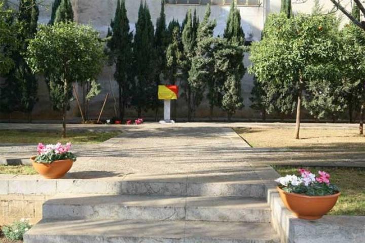 La targa con la dedica ai giusti coperta in attesa della cerimonia