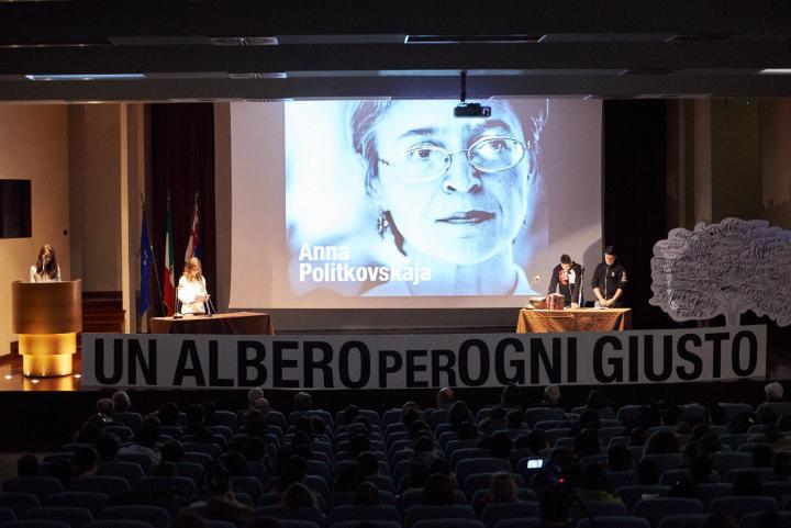 La storia di Anna Politkovskaja, assassinata per aver denunciato l'orrore della guerra in Cecenia