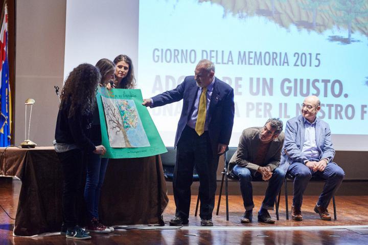 Pietro Kuciukian riceve un regalo da due studentesse
