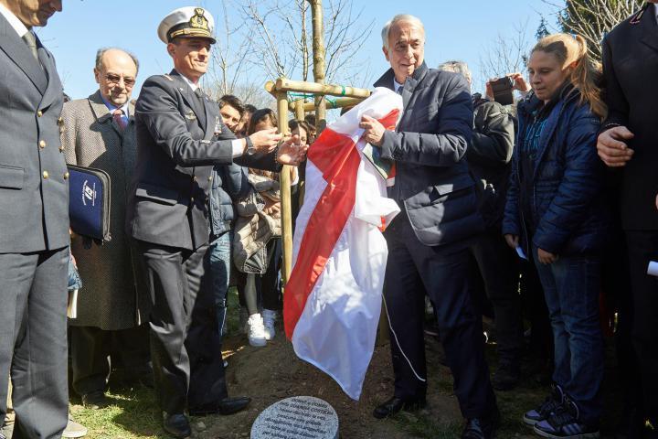 Il sindaco Pisapia scopre il cippo dedicato alla Guardia Costiera insieme al Maresciallo Mangione