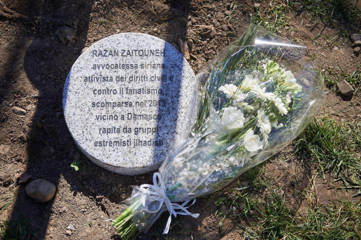Il cippo dedicato a Razan Zaitouneh