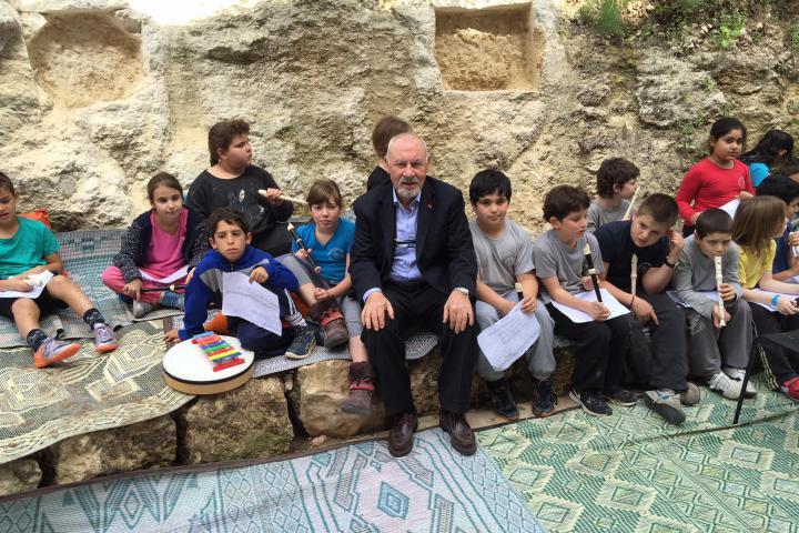 Pietro Kuciukian tra i bambini di Neve Shalom
