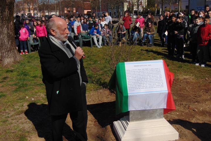 Stefano Levi Della Torre scopre la targa in onore di Primo Levi