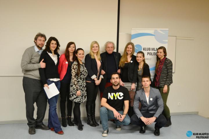 Andreas Pieralli e Antonio Ferrari con i ragazzi dell'Università VSE di Praga
