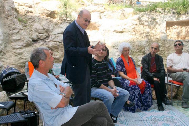 Gabriele Nissim con i responsabili di Neve Shalom