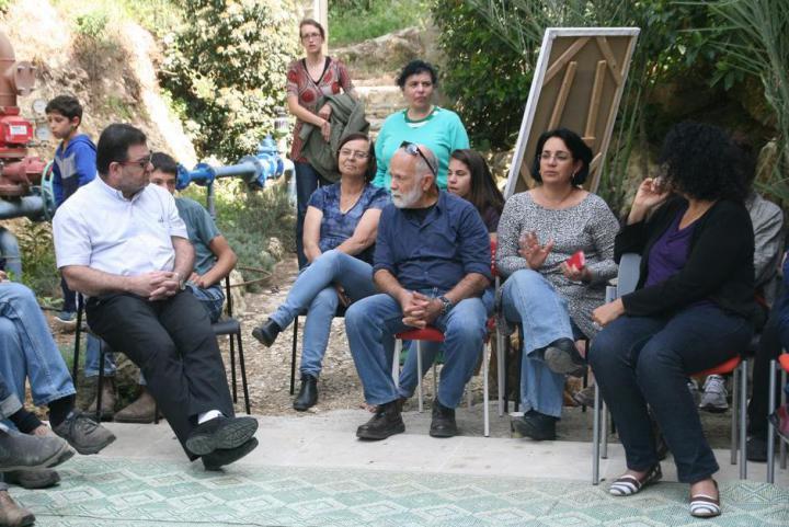 Gli invitati a Neve Shalom ascoltano