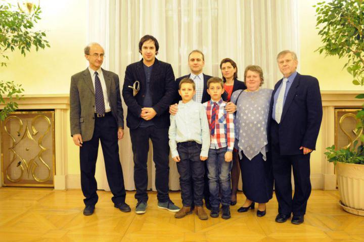 Il redattore Martin Mozer insieme alla famiglia di Emanuel Zima